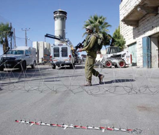 Hebron: Israeli Forces Close Entrances to Beit Ommar Village Photo by: Mohammed Elayan